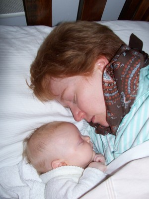 cosleeping, sleeping baby with mum, baby sleeping in bed, sleeping baby, cosleeping with newborn